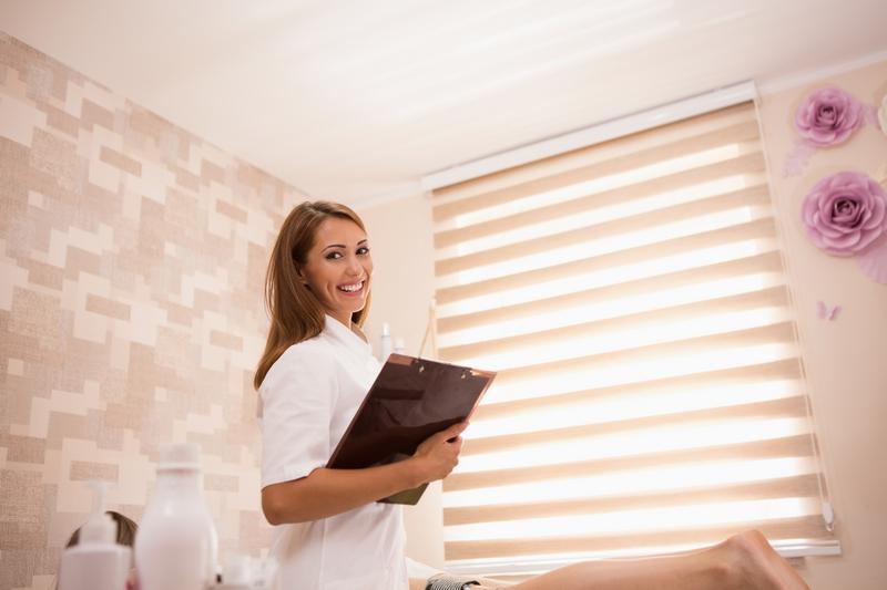 Pourquoi une blouse est indispensable pour les professionnels de l'esthétique et du spa
